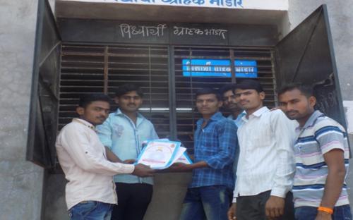 Students purchasing at the door of Vidyarthi Sahkari Grahak Bhandar